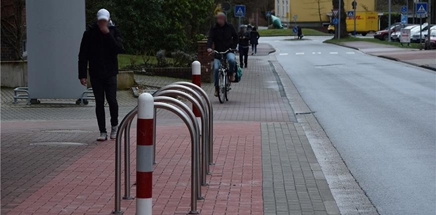 Engpass Hohenwedeler Weg vom Kreisel her kommend. Die Stadt hat hier schon zwei Parkplätze weggenommen, um die Situation übersichtlicher zu gestalten. Foto: Strüning